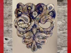 D'après l'iconographie celtique du Casque d'Agris et ses serpents à tête de bélier (sur le protège joue), fer, bronze, or et corail, IVe siècle avjc, La Tène (deuxième âge du Fer), Charente, France. (Marsailly/Blogostelle)