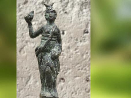 D'après la statuette d'une déesse cornue avec vase ou fruit d'abondance, bronze, Clermont-Ferrand, Gaule Romaine. (Marsailly/Blogostelle)