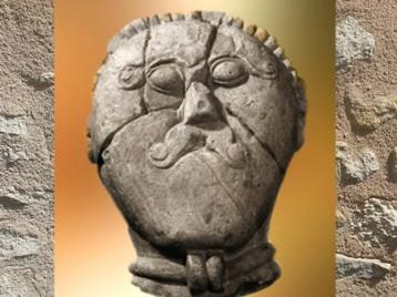 D'après un dieu celtique paré de son torque, enclos rituel, vers 150 avjc, Prague, République tchèque, fin de l'âge du Fer. (Marsailly/Blogostelle)