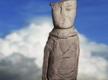 D'après la statuettegauloise d'Euffigneix et son sanglier, pierre calcaire, Ier siècle apjc, Haute-Marne, France,Gaule Romaine. (Marsailly/Blogostelle)