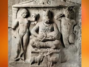 D'après le dieu gaulois Cernunnos, entre Apollon (à gauche) et Mercure (à droite), relief en pierre, IIe siècle apjc, Reims, Gaule Romaine. (Marsailly/Blogostelle)