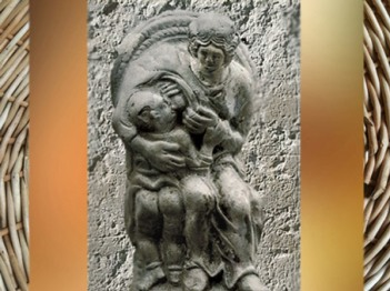 D'après une déesse-mère allaitant,installée dans son fauteuil d'osier, terre cuite blanche, Ier siècle apjc,Gaule Romaine. (Marsailly/Blogostelle)