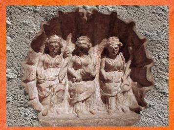 D'après un trio de déesses-mères dans une coquille, Lyon ; Ier-IVe siècle apjc, France,Gaule Romaine. (Marsailly/Blogostelle)