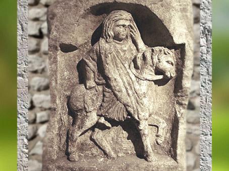 D'aprèsla déesse Épona, la main sur le visage, Metz, France, Gaule Romaine. (Marsailly/Blogostelle)