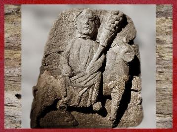 D'après une stèle dédiée à Épona qui brandit la corne d'abondance, Grand, Vosges, France, Gaule Romaine. (Marsailly/Blogostelle)