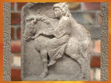 D'après la déesse Épona, bas-relief, Luxembourg, IIe-IIIe siècle apjc, époque Romaine. (Marsailly/Blogostelle)