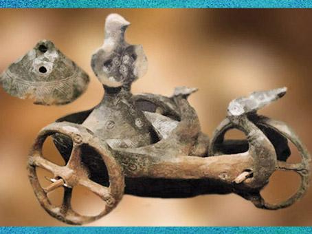 D'après une divinité à tête d'oiseau et palmipèdes, char de Dupljaja, terre cuite, Serbie, âge du Bronze. (Marsailly/Blogostelle)