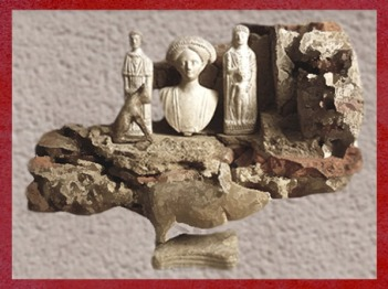 D'après le Laraire de Rezé, sa niche et ses figurines sacrées, IIe siècle apjc, Loire-Atlantique, France, Gaule Romaine. (Marsailly/Blogostelle)