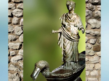 D'après une statue en bronze de Sequana, déité de la Seine, sanctuaire des Sources de La Seine, Ier - IIIe siècle apjc, Bourgogne, France, Gaule Romaine. (Marsailly/Blogostelle)