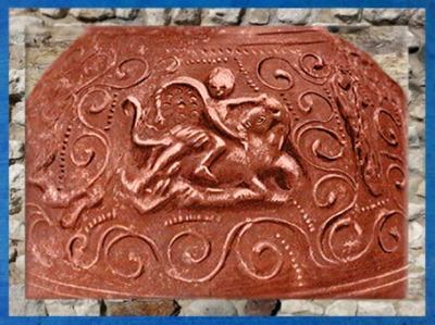 D'après le dieu Mithra sur une céramique sigillée de Lezoux, Auvergne, France, Gaule Romaine. (Marsailly/Blogostelle)
