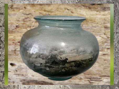 D'après une urne funéraire en verre, IIe siècle apjc, Alsace, France, Gaule romaine. (Marsailly/Blogostelle)