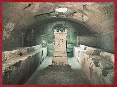 D'après un sanctuaire de Mithra, salle voûtée, banquettes et pilier à relief du Taurobole, mithraeum San Clemente, Ier siècle apjc, Rome, Italie, époque Romaine. (Marsailly/Blogostelle)