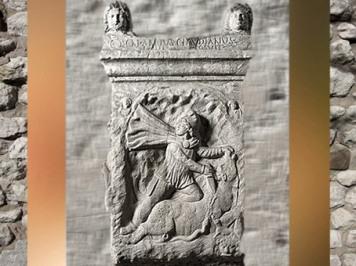 D'après un sanctuaire de Mithra, pilier à relief du Taurobole, mithraeum San Clemente, Ier siècle apjc, Rome, Italie, époque Romaine. (Marsailly/Blogostelle)