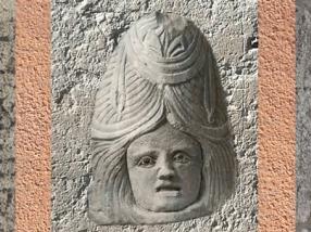 D'après un masque d'acteur à haute perruque, tombeau, IIe siècle apjc, Vaison-la-Romaine, Vaucluse, Gaule Romaine. (Marsailly/Blogostelle)