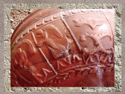D'après une déité orientale ailée sur une céramique sigillée, Barzan, Ier -IVe siècle apjc, Charente-Maritime, France, Gaule Romaine. (Marsailly/Blogostelle)