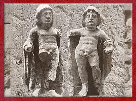 D'après Cautès et Cautopatès, bonnets phrygiens, culte de Mithra, Boulogne-sur-Mer, Gaule Romaine. (Marsailly/Blogostelle)