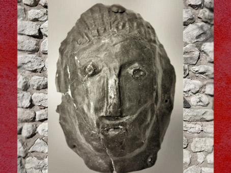 D'après un masque féminin en bronze, Picardie, France, âge du Fer-début Gaule Romaine. (Marsailly/Blogostelle)