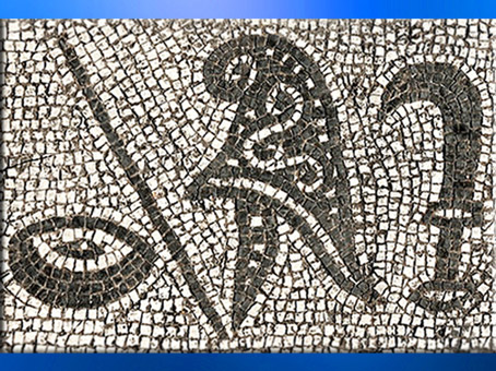 D'après l'un des symboles des grades initiatiques mithriaques, Patère, bâton (?), bonnet phrygien, faucille, mithraeum d'Ostie, mosaïque, Italie, époque Romaine. (Marsailly/Blogostelle)