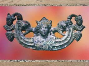D'après une figuration de Cybèle, déesse orientale, fin IIe -IIIe siècle apjc, Gaule Romaine. (Marsailly/Blogostelle)