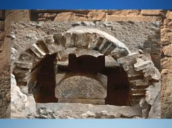 D'après la sépulture et le caveau en maçonnerie de l'enfant de Naintré, IVe siècle apjc, Vienne, Poitou, France,Gaule Romaine. (Marsailly/Blogostelle)