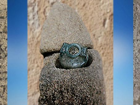 D'après une urne funéraire déposée dans une pierre, Gaule Romaine. (Marsailly/Blogostelle)