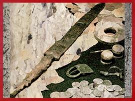 D'après un dépôt funéraire avec glaive en fer, cotte de maille, fibule, rondelle, monnaie, Lyon, Gaule Romaine. (Marsailly/Blogostelle)