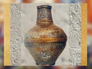 D'après le vase du sultan al-Malik al-Nasir Salah al-Din Yusuf, laiton incrusté argent, 1237-1260 apjc, Syrie, art Musulman. (Marsailly/Blogostelle)