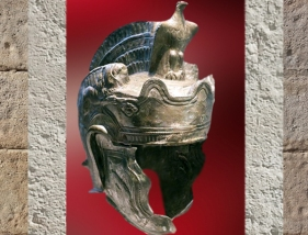 D'après un casque de parade romain, IIe siècle apjc. (Marsailly/Blogostelle.)