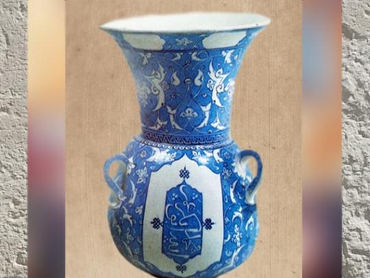 D'après une céramique, en forme de lampe de mosquée, décor arabesques, vers 1515 apjc, Iznik, Turquie, art Musulman. (Marsailly/Blogostelle)
