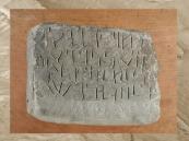 D'après une dédicace à une divinité, araméen, stèle en grès, Ve siècle avjc, Arabie. (Marsailly/Blogostelle)