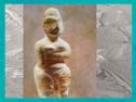 D'après une figurine en albâtre, et incrustation bitume, vers 5800-5500 avjc, Bagdad, Irak. (Marsailly/Blogostelle.)