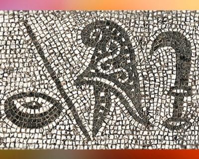 D'après l'un des symboles des grades initiatiquesdu culte de Mithra, Patère, bâton (?), bonnet phrygien, faucille, mithraeum d'Ostie, Italie, époque Romaine. (Marsailly/Blogostelle)