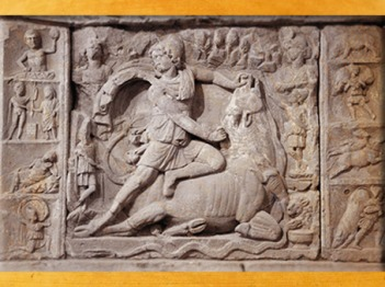 D'après le Sacrifice de Mithra (ou Mithra tauroctone), mithraeum de Neuenheim, Karlsruhe, IIe siècle apjc, Allemagne, époque romaine. (Marsailly/Blogostelle)