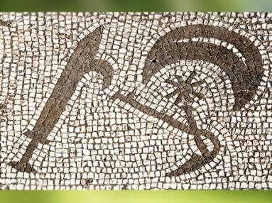 D'après les degrés initiatiques du culte de Mithra : Épée, Croissant de Lune, Étoiles et Faucille, mosaïque, mithraeum d'Ostie, Italie, époque romaine. (Marsailly/Blogostelle)
