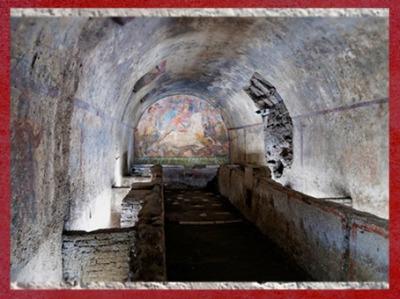 D'après un sanctuaire de Mithra, temple souterrain, banquettes et fresque Taurobole, vers IIe siècle apjc, Capoue, Italie, époque romaine. (Marsailly/Blogostelle)
