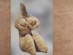 D'après une figurine en terre cuite, modelée et peinte, vers 4500 ans avjc, style de Halaf, Mésopotamie-Syrie. (Marsailly/Blogostelle)