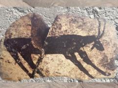 D'après un capridé, période d'Obeid, céramique peinte, vers 5000 - 4500 avjc, Irak actuel, Mésopotamie néolithique. (Marsailly/Blogostelle)