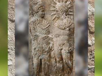 D'après Mithra et le roi Antiochos Ier de Commagène, Ier siècle avjc, Mont Nemrut, Turquie, époque Romaine. (Marsailly/Blogostelle)