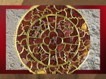 D'après une fibule de la reine Arégonde, grenats et or, cloisonné, vers 570 apjc, art Mérovingien. (Marsailly/Blogostelle)