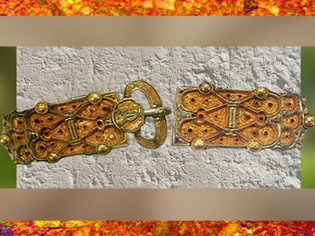 D'après la ceinture-bijou de la reine Arégonde, argent, grenat, nielle, or, filigrane, verre bleu, VIe siècle, art Mérovingien. (Marsailly/Blogostelle)