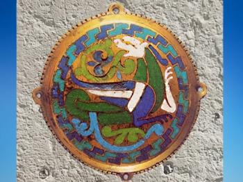D'après un médaillon de Conques, cuivre doré et émail champlevé, 1107-1119 apjc, Aveyron;art Roman, France. (Marsailly/Blogostelle)