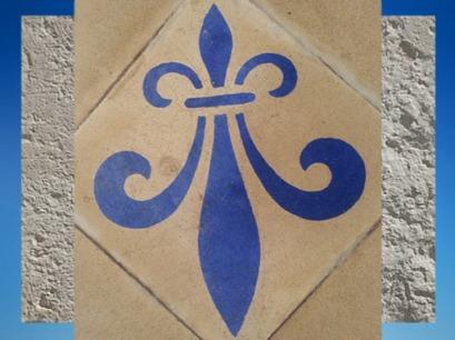 D'après La Fleur de Lys, emblème royal, pavement d'une église médiévale, Charente-Maritime. (Marsailly/Blogostelle)