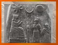 D'après Ishtar, Sîn, Shamash, Kudurru de Meli-Shipak II, 1186–1172 avjc, Kassite, le roi de Babylone, sa fille et Inanna-Ishtar, butin de Suse. (Marsailly/Blogostelle)