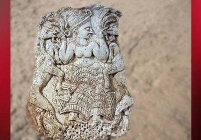 D'après la Grande Déesse orientale en Maîtresse des Animaux (Inanna, Ishtar, Astarté...), boîte à fard, ivoire, Ugarit (ouOugarit), XIIIe siècle avjc, Syrie actuelle, Mésopotamie. (Marsailly/Blogostelle)