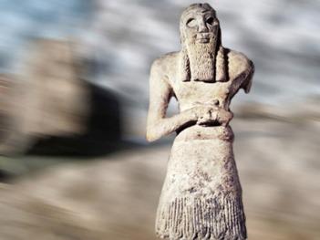 D'après un Orant dans l'attitude de la prière, statue pieuse du prince Ginak, Sumer, vers 2700-2600 avjc, Mésopotamie. (Marsailly/Blogostelle)