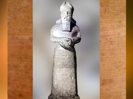 D'après une statue vouée à Nabû, par Adad-Nirari III et Sammuramat, vers 810-800 avjc, temple de Nabû, Nimrud, Irak actuel, Mésopotamie. (Marsailly/Blogostelle)