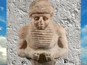 D'après une statuette d'homme à grande barbe, albâtre, Uruk, vers 3000 ans avjc, Irak actuel, Mésopotamie. (Marsailly/Blogostelle)
