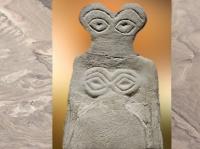 D'après une figurine aux grands yeux, albâtre, vers 3700 - 3500 avjc, albâtre, Tell Brak, Syrie. (Marsailly/Blogostelle)