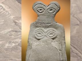 D'après une figurine votive aux grands yeux, albâtre, vers 3700 - 3500 avjc, Tell Brak, Syrie, Mésopotamie. (Marsailly/Blogostelle)