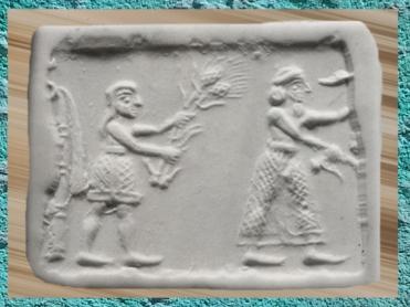 D'après une scène de culte à la déesse Inanna de la Fertilité, le souverain coiffé du bonnet royal et un assistant chargé d'offrandes végétales, Uruk (Irak actuel), vers 3200 avjc, Mésopotamie. (Marsailly/Blogostelle)
